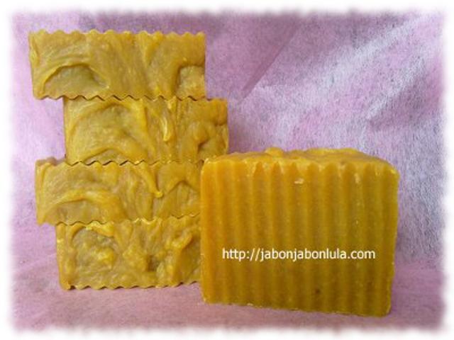 Jabón Natural de Zanahoria, hecho en casa con ingredientes naturales  y zumo de zanahorias recién exprimido.